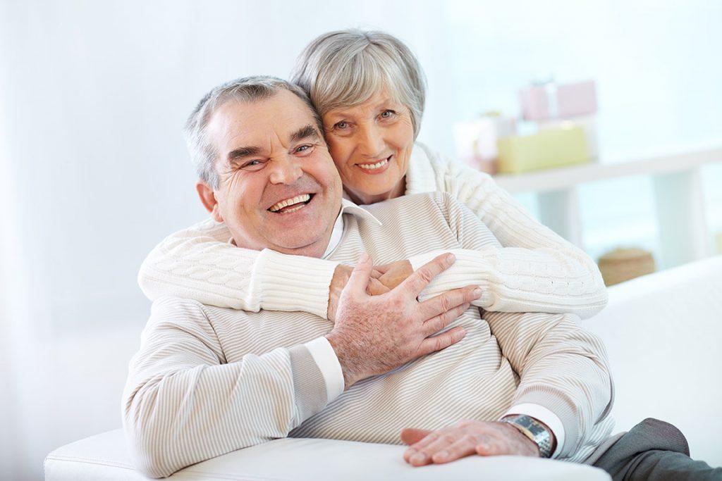 Adultos abrazados y de aspecto saludable y feliz