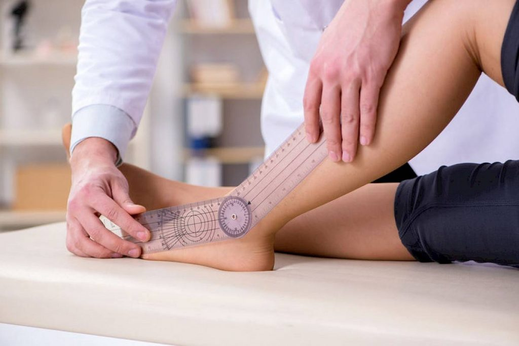 en ortopedia midiendo ángulo del tobillo